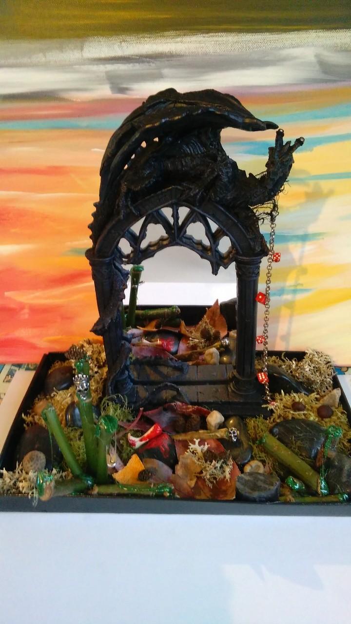 Gothik Grabmal mit Drachen - aus Ton, Spiegel und Naturmaterialien ( Moos, Steine, Pflanzen, Nüsse usw.)