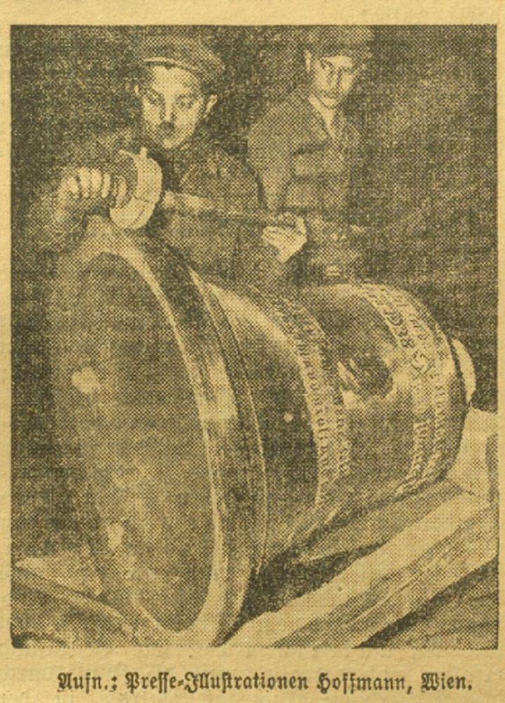 """Der fertiggestellte Guss der ersten """"Hitler-Glocke"""" Wiens, Mai 1938, Bildquelle: """"Kleine Volks-Zeitung"""", 11.05.1938, S. 8"""