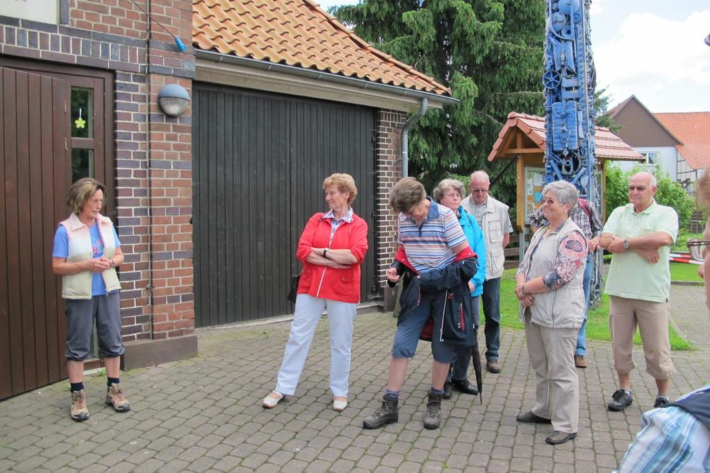 Die 2. Vorsitzende Elvira Schaper begrüßt die Teilnehmer der Wanderung