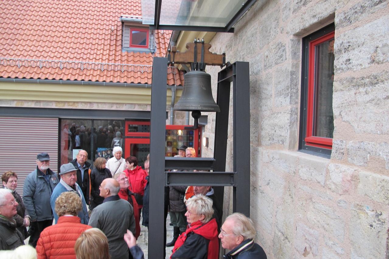 vor dem Eingang der Kapelle im Untergeschoß der Glockenturm