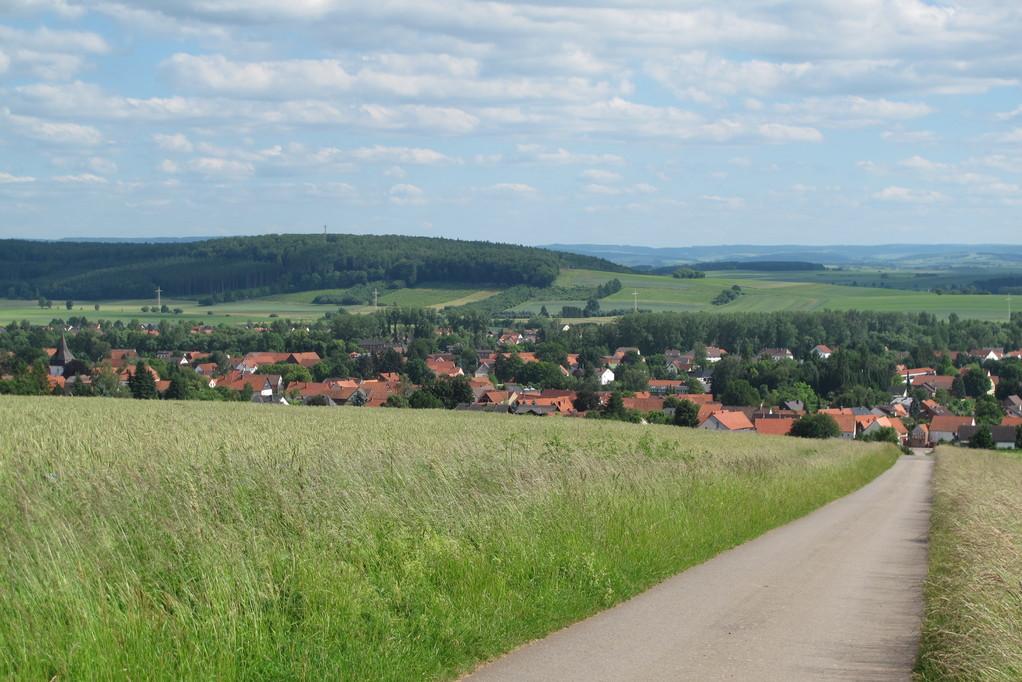 Am Ende der Wanderung ein wunderschöner Blick auf Wulften mit dem Rotenberg und dahinter das Eichsfeld