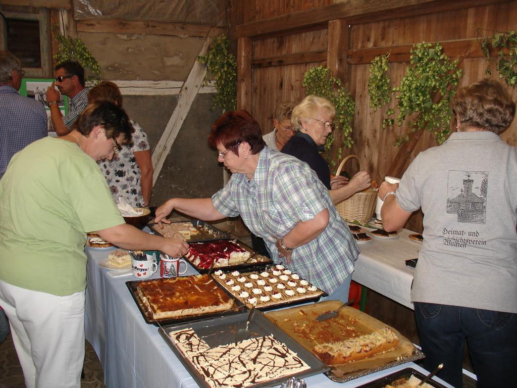 Fleißige Helferinnen am Kuchenbufett