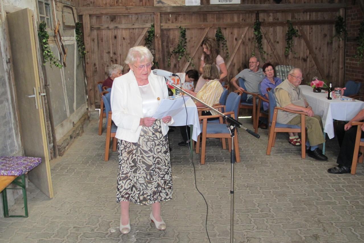 Marga Hermanns trägt ihr Gedicht über die Heimatstube vor