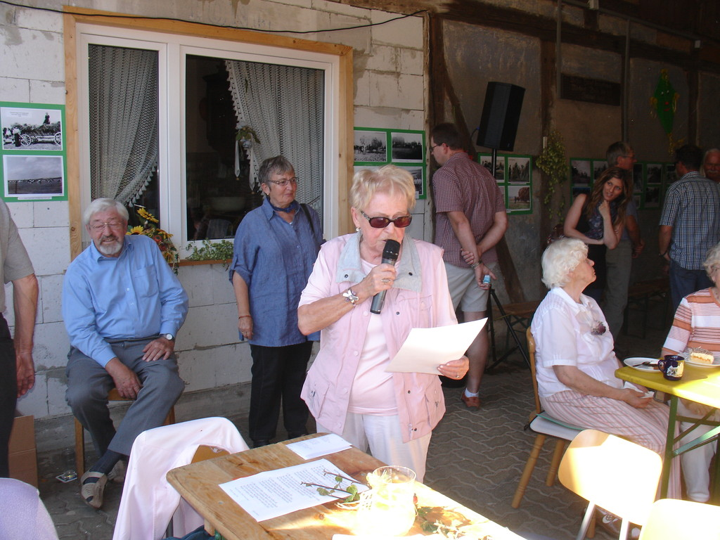Marga Ehrhardt trägt ihr plattdeutsches Gedicht vor