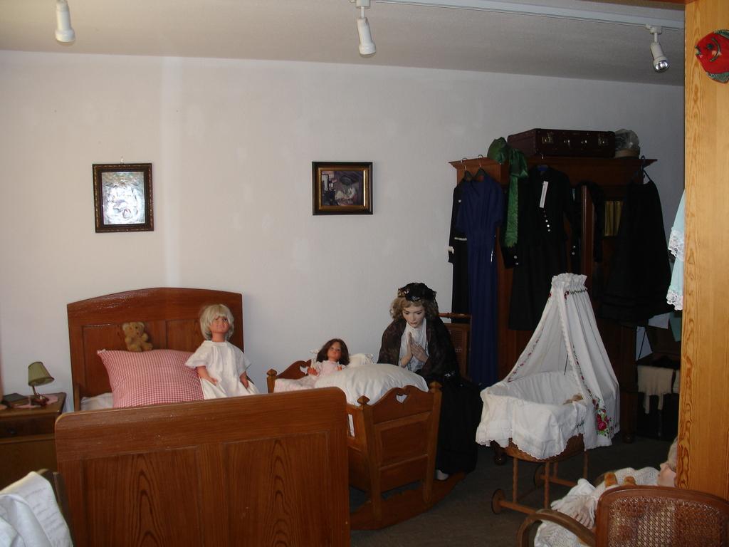 """Schlafzimmer mit  """"Hotze"""" (Babywiege) und """"Stubenwagen"""" für das Baby"""