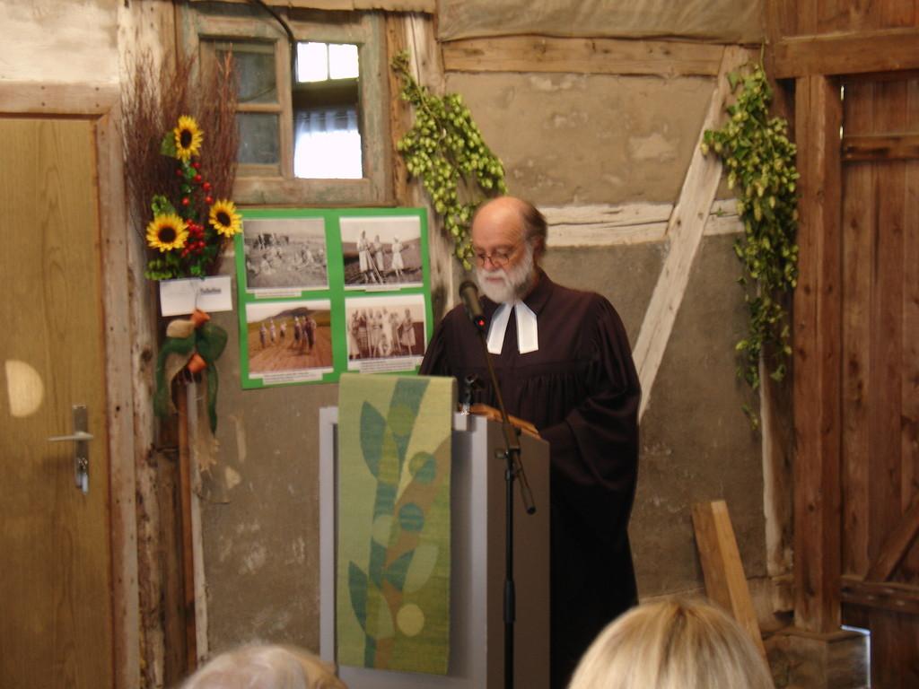 Pastor Schlichting hält den Erntedank-Gottesdienst....