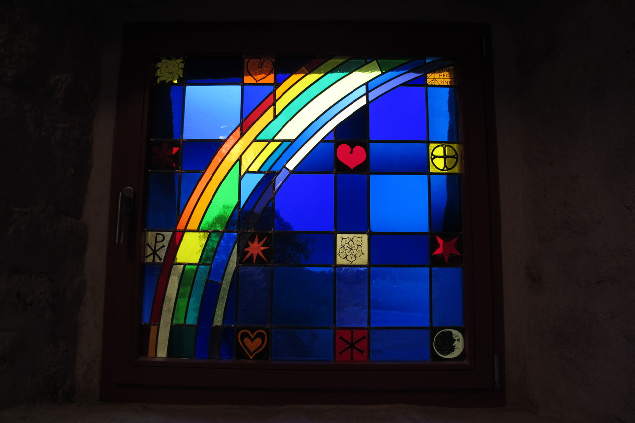 leuchtendes Glasfenster in der modernen Kapelle