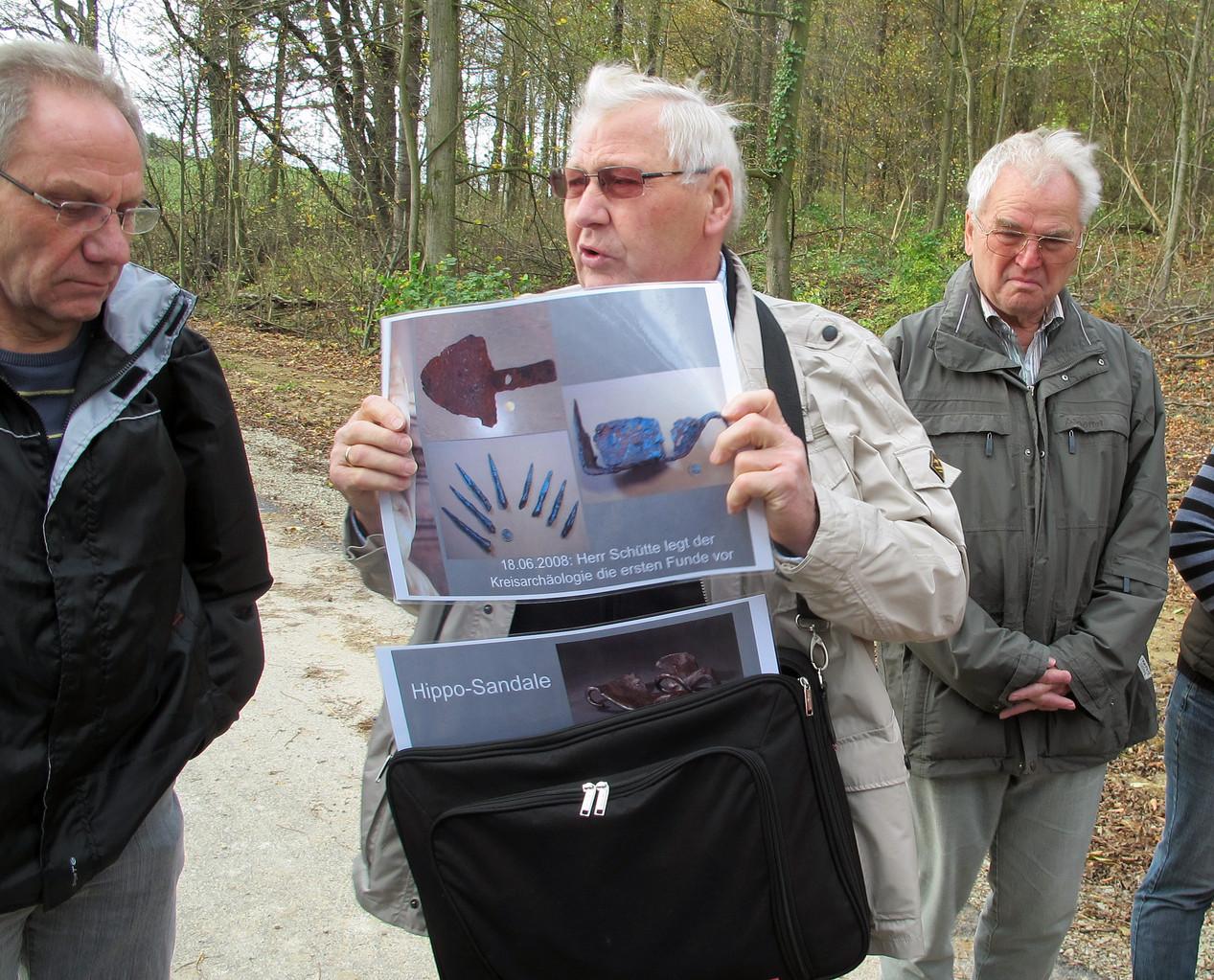 Herr Halves vom Heimatverein Oldenrode führt sachkundig durch das Gelände