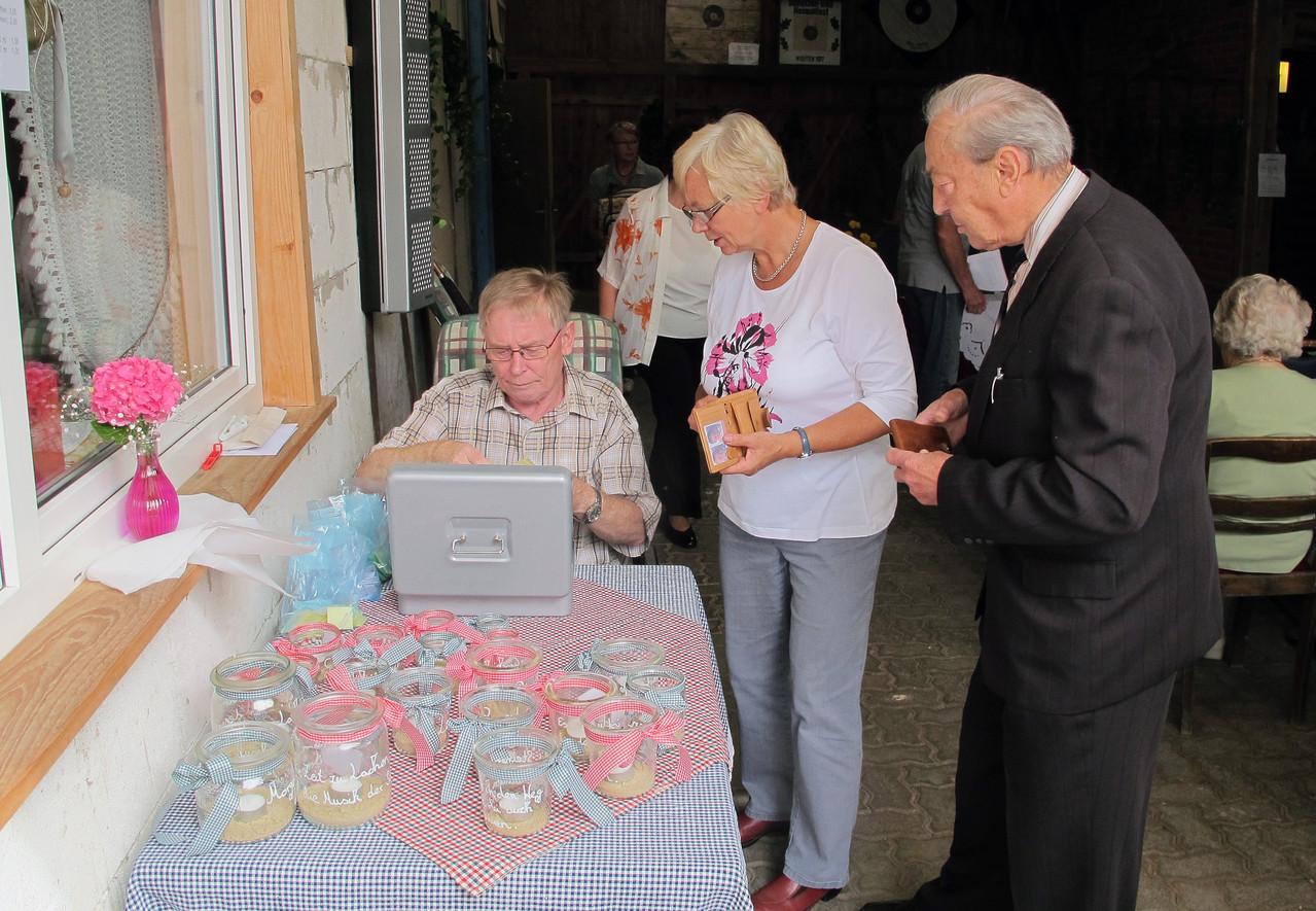 Gerd verkauft Verzehrmarken