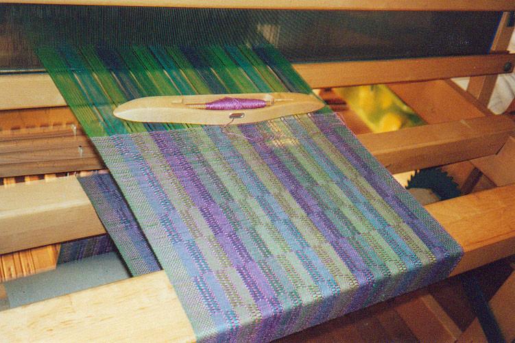 Aufgebäumte Kette und Schiffchen für eine Wolldecke