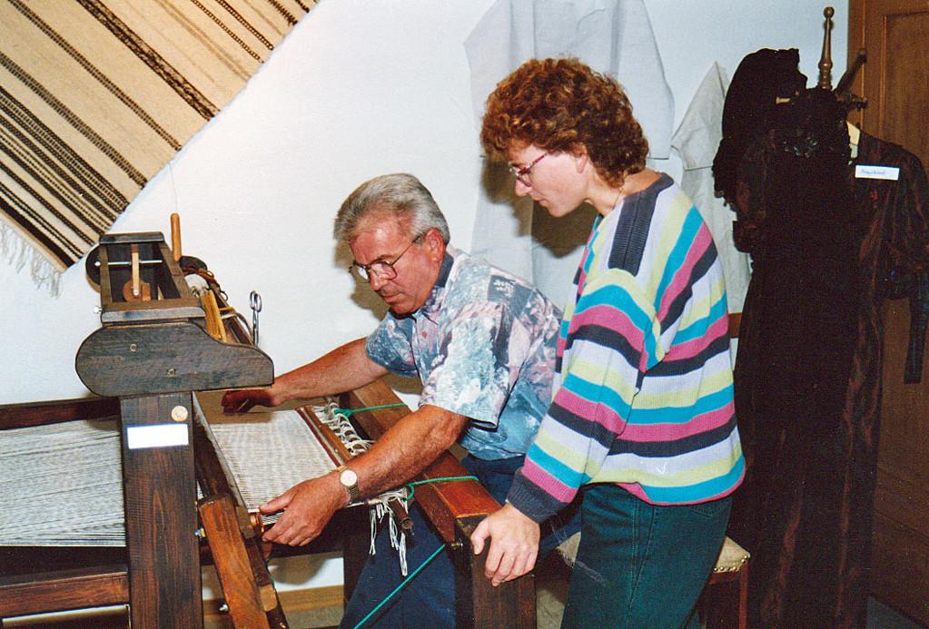 Georg Lange und Tochter Cornelia nehmen den ersten Webstuhl in Gang