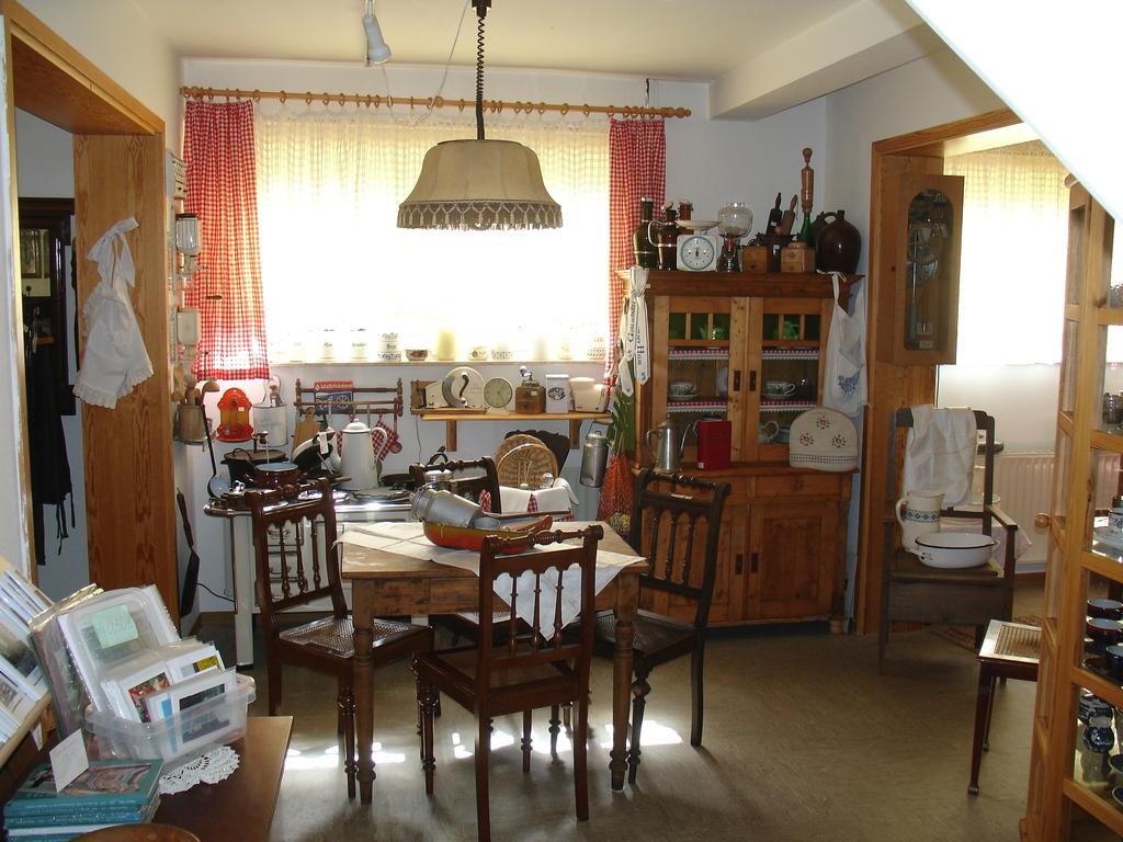Küche mit Kohleherd und vielerlei Utensilien