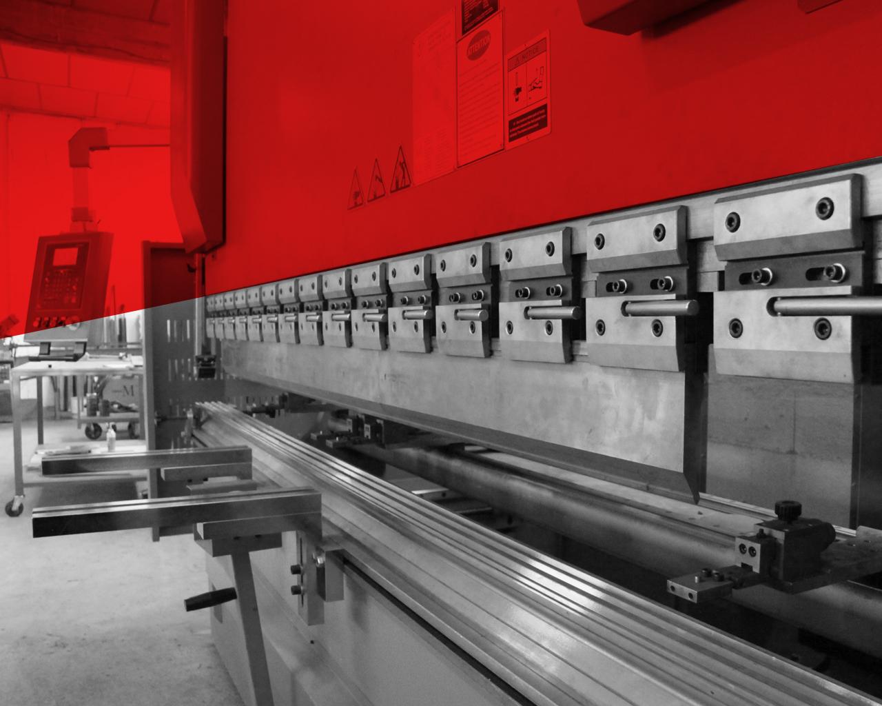 Presse plieuse 180 tonnes à commande numérique. Capacité de pliage : 8 mm d'épaisseur sur 3 mètres
