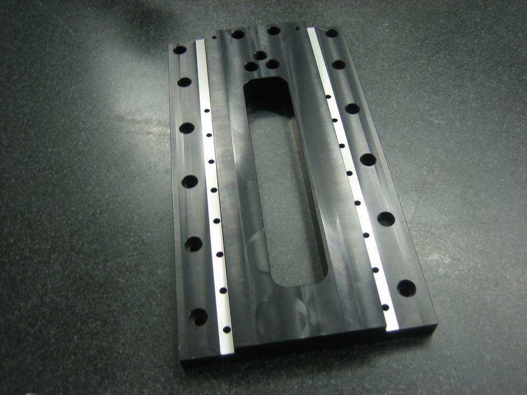 Präzisionsteil mit geschliffenen Führungen, aus Aluminium gefertigt, schwarz eloxiert