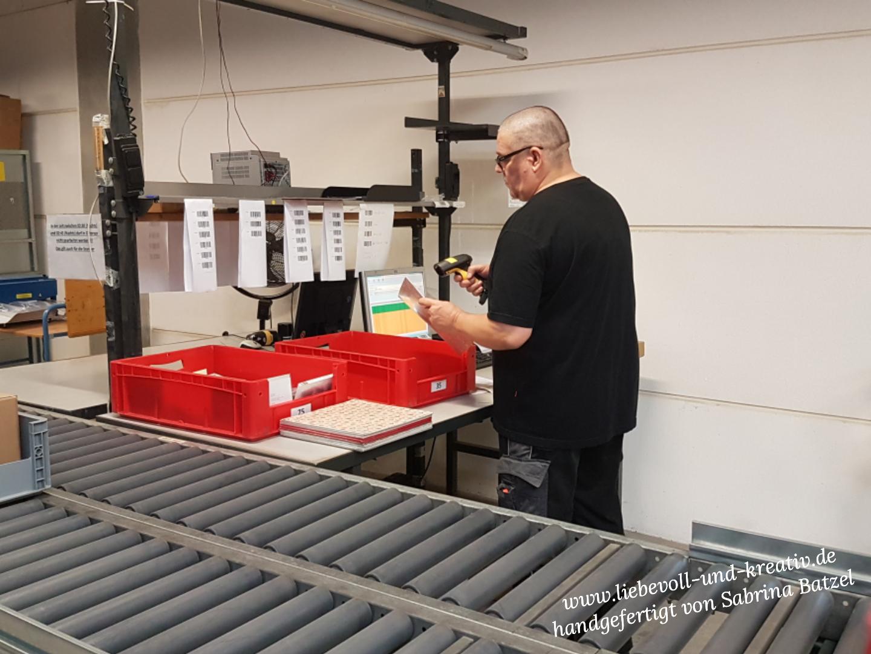 Ein Mitarbeiter kontrolliert stichprobenartig jede 10. Bestellung auf Vollständigkeit.