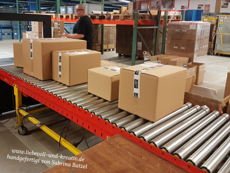 Die verpackte Bestellung kann jetzt von DHL abgeholt und zum Kunden geliefert werden.