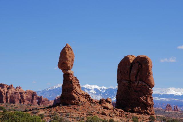 Balanced Rock mit den La Sal Mountains im Hintergrund