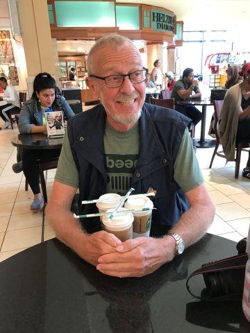 Dieter krallt sich die Pumpkin Spice Latte beim Starbucks