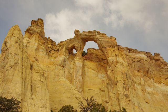 Gosvenor Arch, benannt nach Gilbert Hovey Gosvenor (1875-1966) Herausgeber des National Geographic Magazines, liegt in der Nähe des Kodachrom Basin State Parks, etwas abseits der Cottonwood Canyon Road