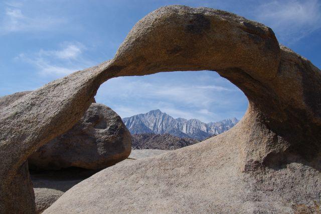 Möbius Arch mit Mount Whitney im Hintergrund