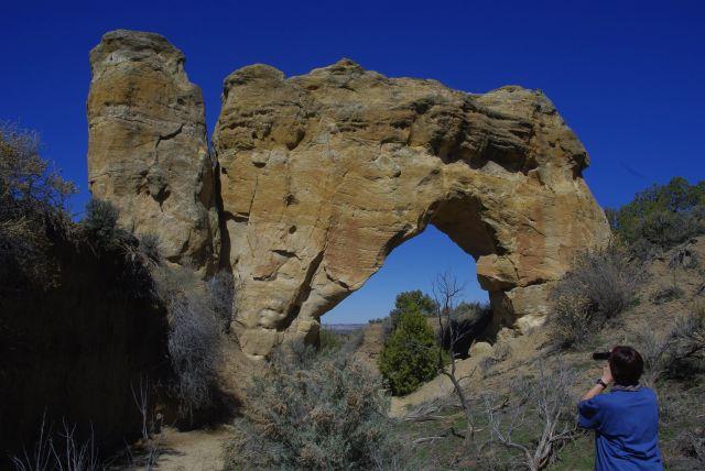 """Der Rock Arch ist sehr leicht zu erreichen, allerdings ist die Dirt Road nach den Niederschlägen der letzten Tage ein bisschen """"tief"""". Wir umwandern die riesige Bridge - es läuft manchmal Wasser durch"""