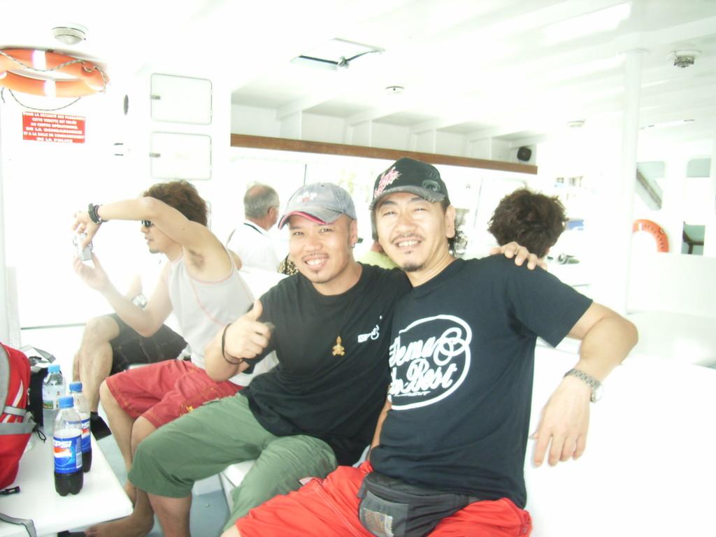 ベースの渋谷君と船で島を渡り
