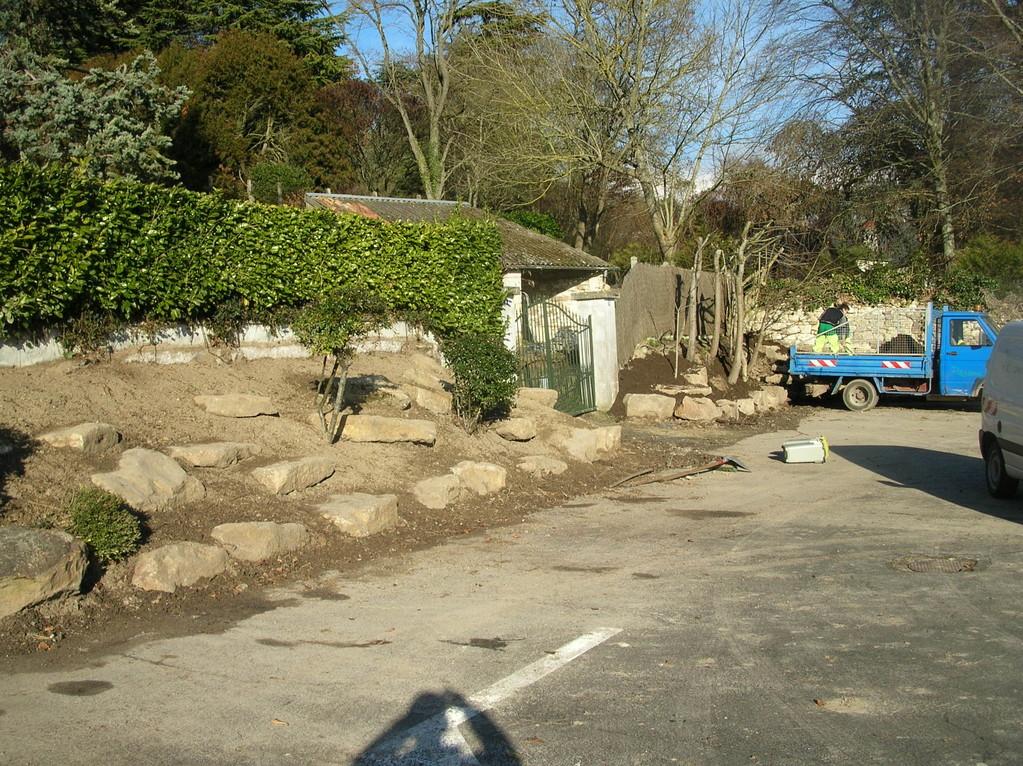 Mise en place de pierres et plantation d'arbustes et de plantes vivaces- Place du 8 mai - Gennes