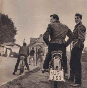 Warten auf  Elvis vor der Kaserne in Friedberg
