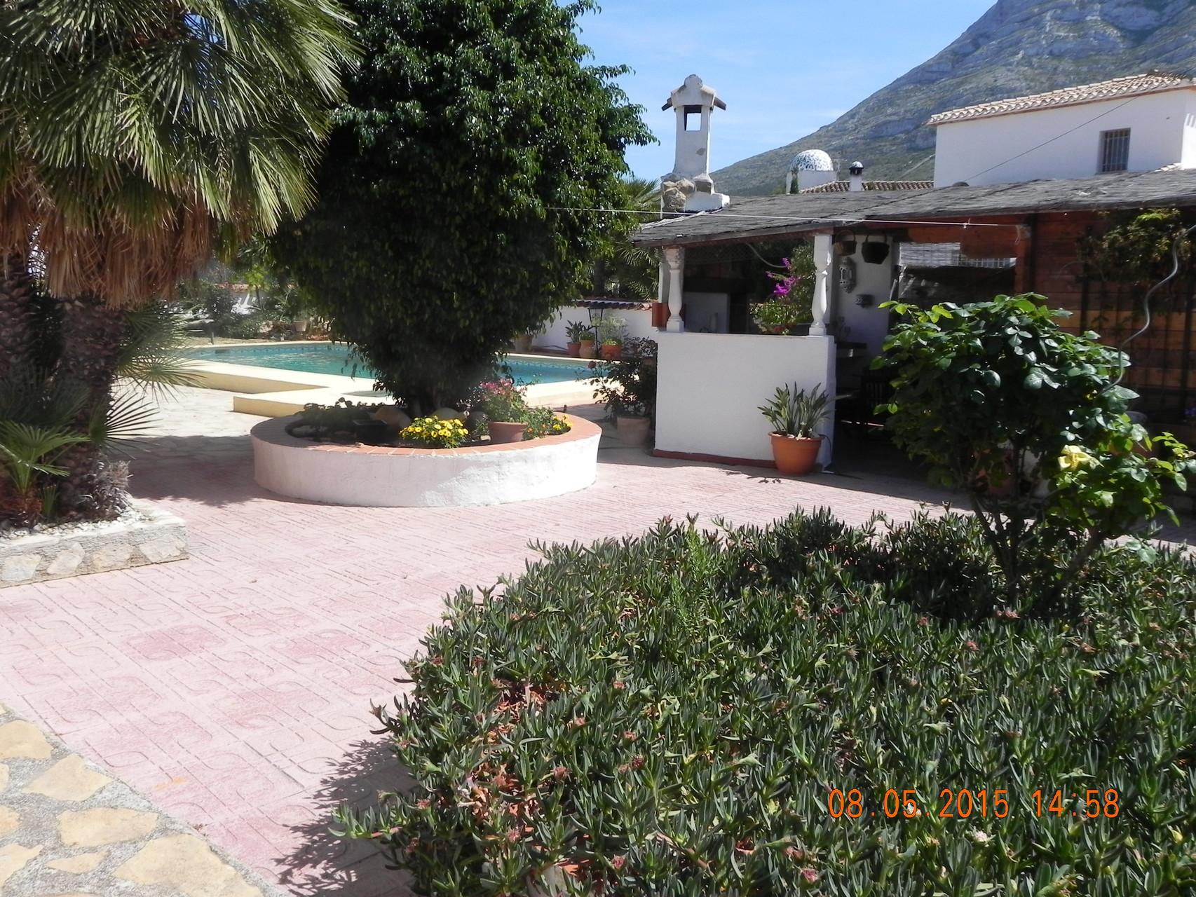 Blick zum Pool und Außenküche