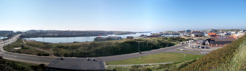 Blick vom Troldebjerg auf den Hafen Hvide Sande in DK