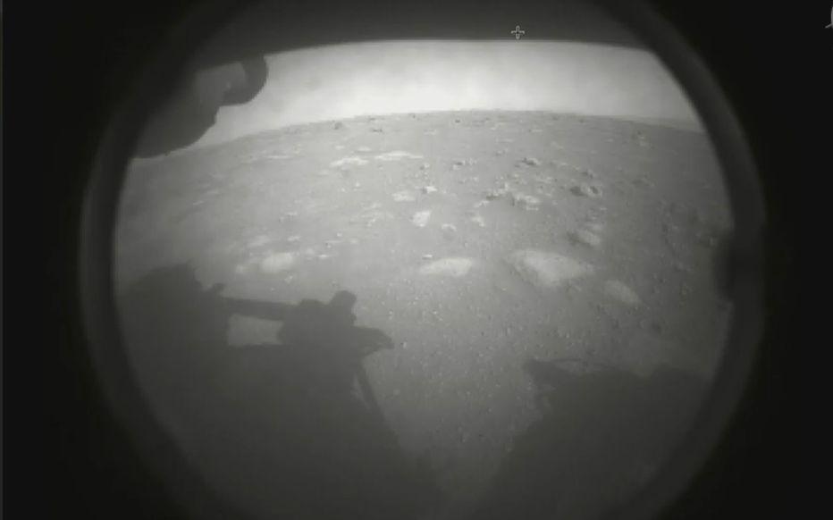 Première image du sol martien envoyée par le rover Persévérance le 18 février 2021