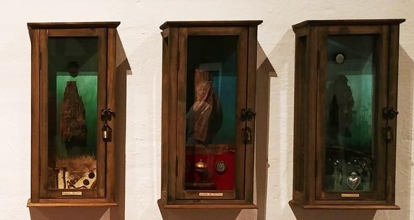 reliekschrijnen  De turbulente Levensloop van een Veldhovense Eikel   © Ellen Eva Brouwers 2019  Expositie Oud Hout, Museum 't Oude Slot Veldhoven