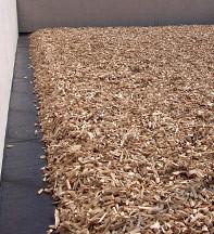 Roth GmbH - Couche de distribution de plaquette forestière d'épicéa, granulation 40 - 100, remblai de forme trapézoïdal