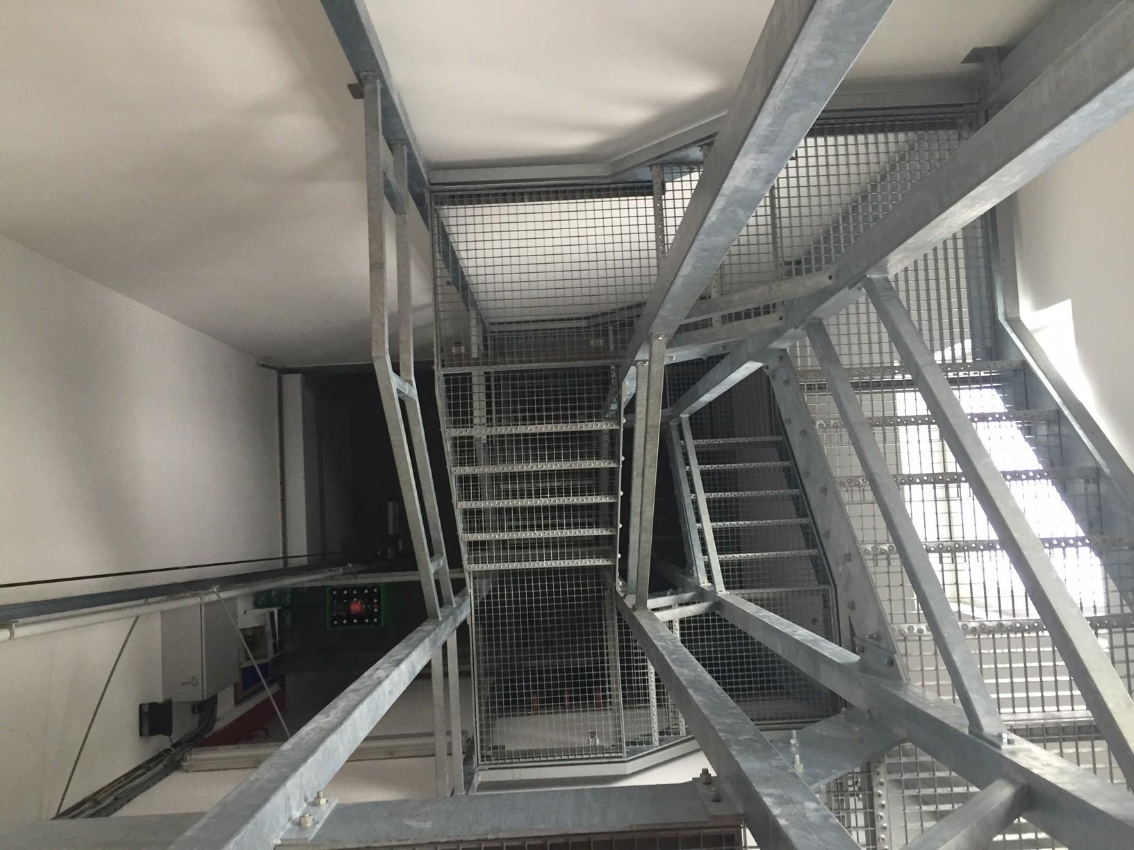 Stiegenaufgang zum Kriechtunnel