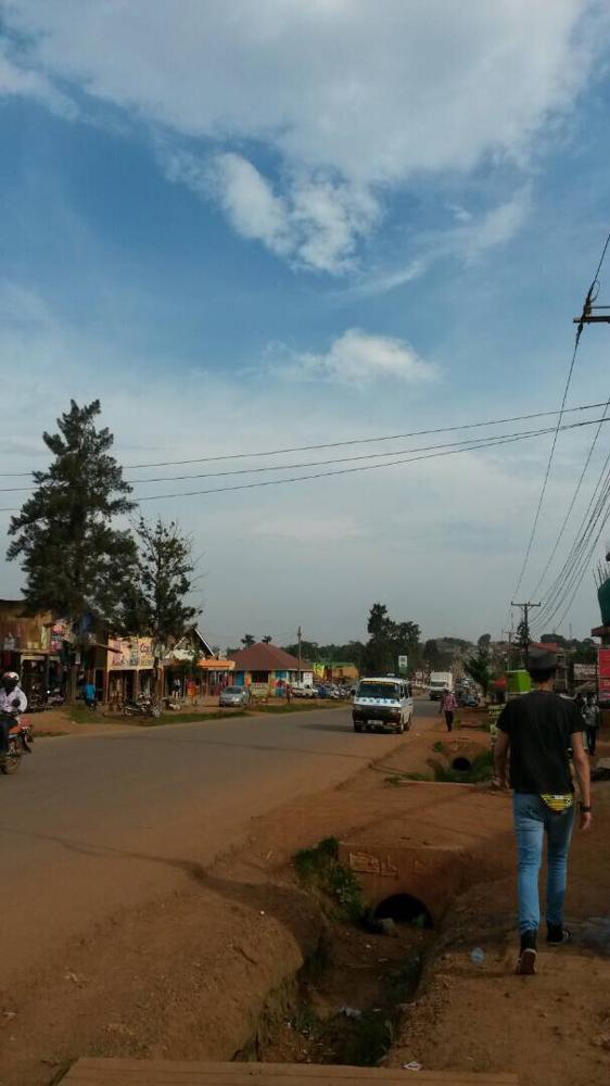 Nansana Road, die sehr belebte Straße direkt angrenzend