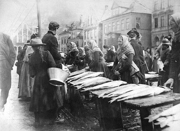Fischmarkt in Bergen fotografiert von Knud Knudsen