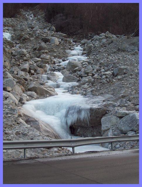 die eisigen Temperaturen haben Wasser zu Eisgebilden verwandelt