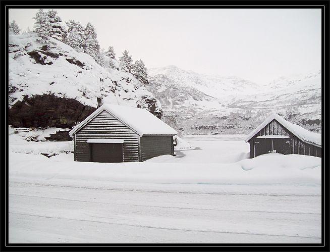 Bootshaeuser am Reinsnosvatnet..eingehuellt in Schnee..