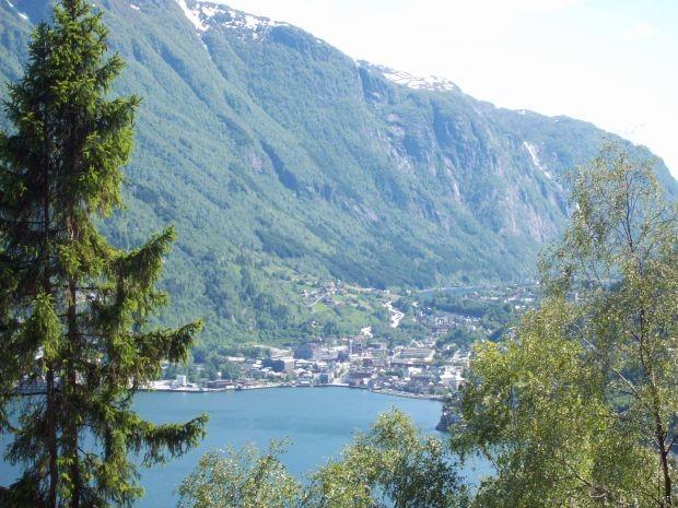 Odda liegt zwischen Sørfjorden und dem Sandvinvatnet