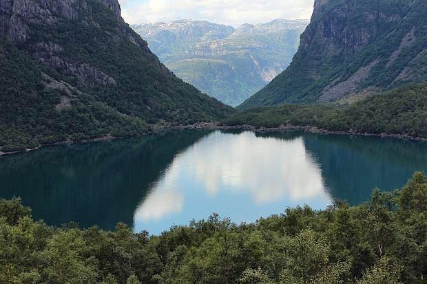 wie eine blaugrüne Perle liegt er da, der See...