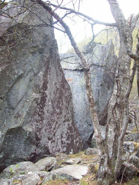ein gespaltener Felsblock am Wegesrand...