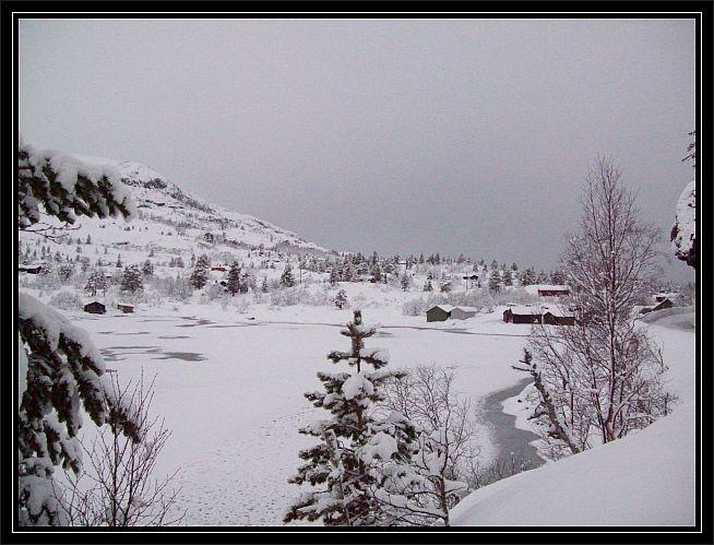 Blick auf die verschneiten Bootshaeuser am Anfang des Sees...Start und Endpunkt der Wanderung..