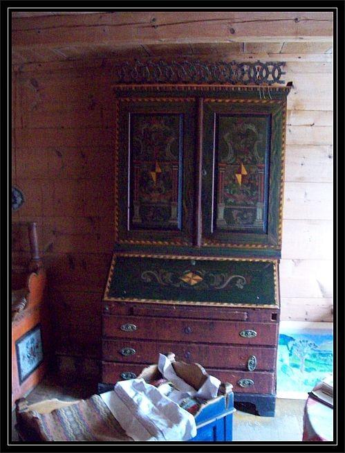Ein alter Schrank mit der typischen Malerei...