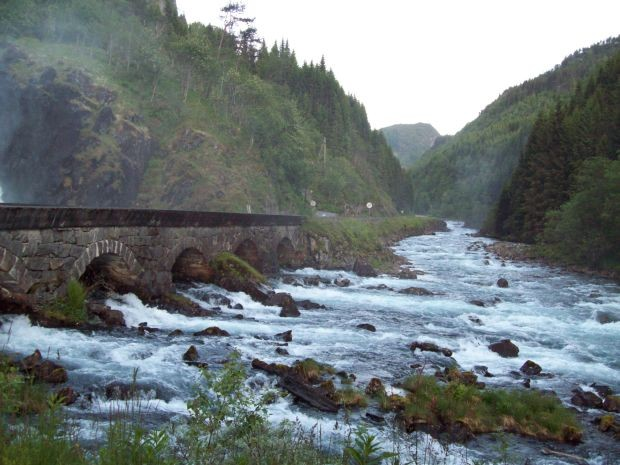 Bergfluss der vom Lätefossen wie  auch von den anderen Wasserfällen gespeist wird