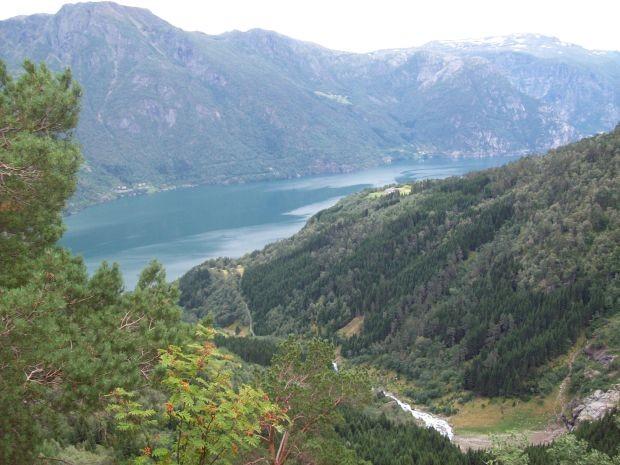 Blick hinab auf den Sørfjorden und hinüber auf die Hardangervidda..