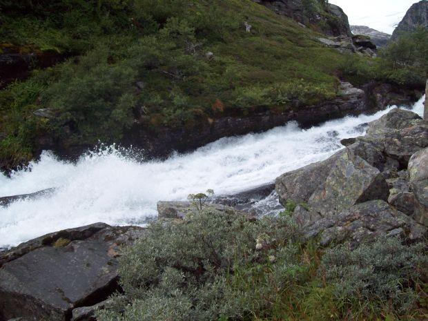 der Bach der aus dem Raunsdalsvatnet gespeisst wird..