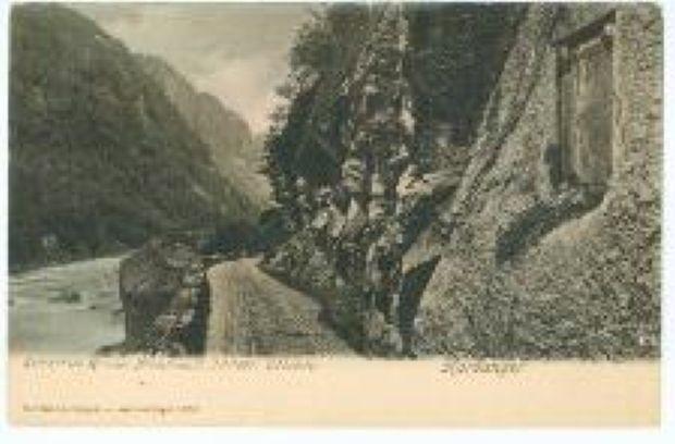 Alte Postenkartenansicht des Weges von Odda zum Låtefossen mit dem Gedenkstein am Originalplatz fuer den toedlich verunglueckten Leutnant Gustav von Hahnke 1897