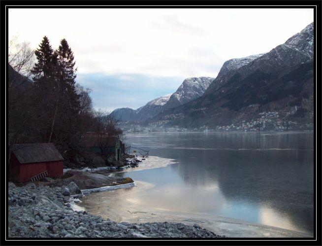Blick ueber den Sørfjord auf Odda (4.12.2010), der Fjord ist mit einer Eisdecke ueberzogen