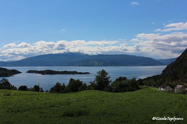 immer wieder neue Ausblicke auf den Hardangerfjord...