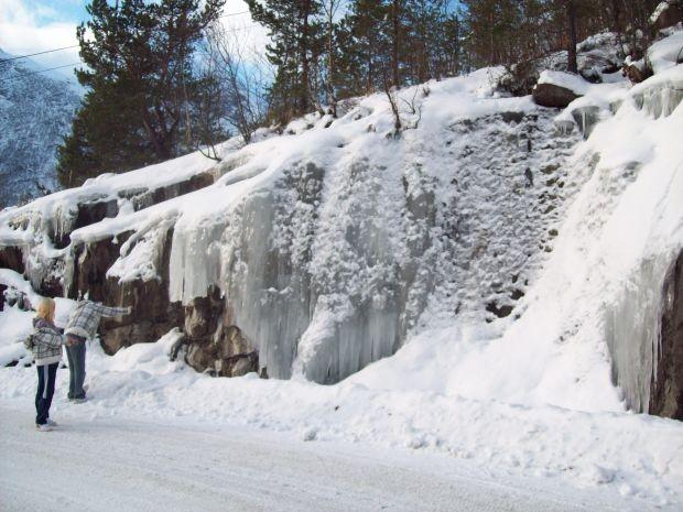 Eiswand am Wegesrand...